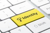 Pojęcie prywatności: klucz i tożsamości na komputerze klawiatura tło — Zdjęcie stockowe