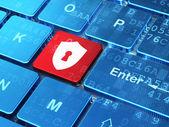 Conceito de segurança: escudo com fechadura em fundo de teclado de computador — Foto Stock
