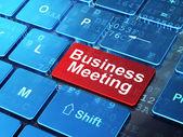 понятие финансов: деловая встреча на фоне компьютерной клавиатуры — Стоковое фото