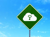 Concepto de tecnología cloud: nube con llave en el fondo de signo de carretera — Foto de Stock