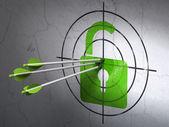 Säkerhetskoncept: pilar i öppnade hänglåset mål på väggen bakgrund — Stockfoto