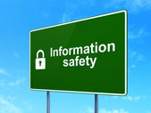 Säkerhetskoncept: säkerhet och stängt hänglås på väg underteckna bakgrund — Stockfoto