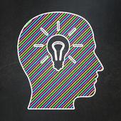 Koncepcja marketingu: głowa z żarówki na tablica tło — Zdjęcie stockowe