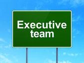 Concepto de negocio: equipo ejecutivo sobre fondo de signo de carretera — Foto de Stock