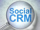 Finanzen-konzept: social crm mit optischem glas — Stockfoto