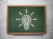 Conceito de negócio: lâmpada de luz no fundo do quadro-negro — Fotografia Stock