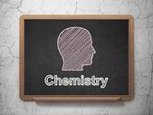 Vzdělávací koncepce: hlavu a chemie na tabuli pozadí — Stock fotografie