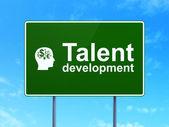 Eğitim kavramı: yetenek geliştirme ve baş finans simgesi yolu üzerinde olan kayıt arka plan — Stok fotoğraf