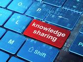 Concepto de la educación: el intercambio de conocimientos en el fondo del teclado del ordenador — Foto de Stock