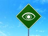 保護の概念: 道路標識背景に目 — ストック写真