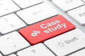 Conceito de educação: engrenagens e estudo de caso no computador teclado fundo — Fotografia Stock