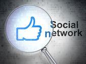 Concepto de medios de comunicación social: red social y hasta con vidrio óptico del pulgar — Foto de Stock