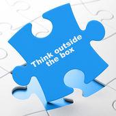 教育の概念: パズルの背景にボックスの外側を考える — ストック写真