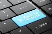 концепция образования: голова с шестернями и обратно в школу на фоне компьютерной клавиатуры — Стоковое фото