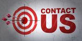 Pazarlama kavramı: hedef ve duvar arka plan üzerinde iletişim — Stok fotoğraf