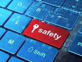 Koncepcji ochrony: klucz bezpieczeństwa na komputer i klawiaturę tło — Zdjęcie stockowe
