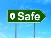 Koncepcja bezpieczeństwa: bezpieczny i tarcza z dziurka na tło znak drogowy — Zdjęcie stockowe