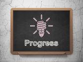 Concepto de negocio: ahorro de energía lámpara y progreso en el fondo de la pizarra — Foto de Stock