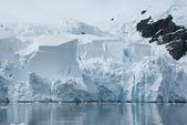 Isberg bryter av från en glaciär. — Stockfoto