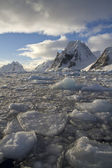 Mountains of the Antarctic Peninsula on a sunny day — Stock Photo