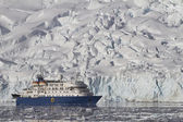 Blue tourist ship on the background of a summer day glaciers — Stock Photo