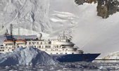 Tourist ship on the background of mountains and glaciers of the  — Стоковое фото