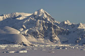 Mountains and frozen ocean with icebergs of the Antarctic Penins — Stok fotoğraf