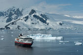 Tourist boat on a summer day in the strait near the Antarctic Pe — Stock Photo