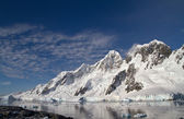Mountain range on one of the islands near the Antarctic Peninsul — Stock Photo