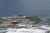Abandoned Antarctic station on one of the islands near the Antar — Foto de Stock
