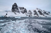 Mountain system of the Antarctic Peninsula at the entrance to th — Stock Photo