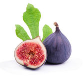 Ripe figs with red, juicy pulp and green leaves — Stock Photo
