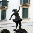 City of Vicenza. Sculpture of a little girl on a swing in the historic center — Stock Photo