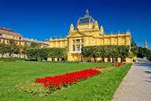 Kunst paviljoen in kleurrijke park, zagreb — Stockfoto