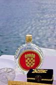Flasche rakija sliwowitz am meer — Stockfoto