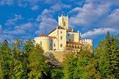 Färgstarka slott på grön kulle — Stockfoto