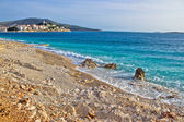 Idyllic beach and Town of Primosten — 图库照片
