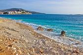 Idyllic beach and Town of Primosten — Foto de Stock
