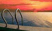 Krásná obloha zahnědlé včas u bazénu — Stock fotografie