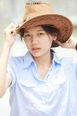 カウボーイの帽子をかぶっているアジアの女性の顔 — ストック写真