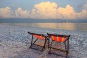 łóżko drewniane krzesła i parasol na piasek plaża słońce ustawić czas — Zdjęcie stockowe