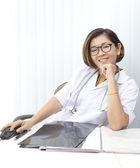 Kadın doktor kafa kafatası röntgen filmi izlerken — Foto de Stock