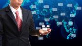 データおよび情報を手で押しビジネス男 — ストック写真