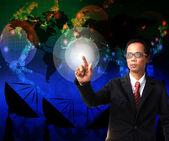 Zakenman die verwijst naar de wereldkaart met telecommunicatie backgr — Stockfoto