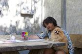 Mädchen spielen und zeichnung farbe stift auf weißem papier mit der holding h — Stockfoto