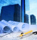 Kompas niebieski ołówek wydruku i budynek biurowy w tle — Zdjęcie stockowe