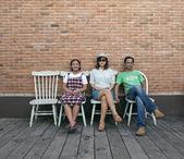Lustige familie auf ziegelmauer — Stockfoto