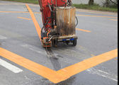 Maskin och arbetstagare vid vägbyggen använder för väg- och trafik — Stockfoto