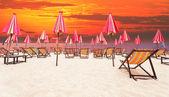 灰蒙蒙的天空背景海一边木椅子上海滩 — 图库照片