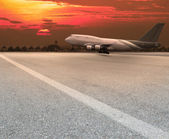 Jet plane landing on runway — Stock Photo